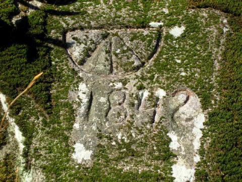 10 Znak Kremnice vyrytý v kameni