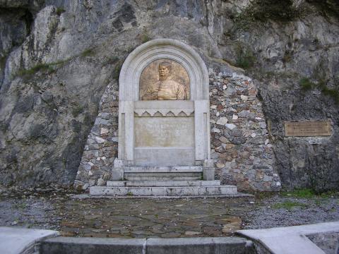 1. Pomník J. Dekréta pod bralom  Foto: Mgr. V. Líška