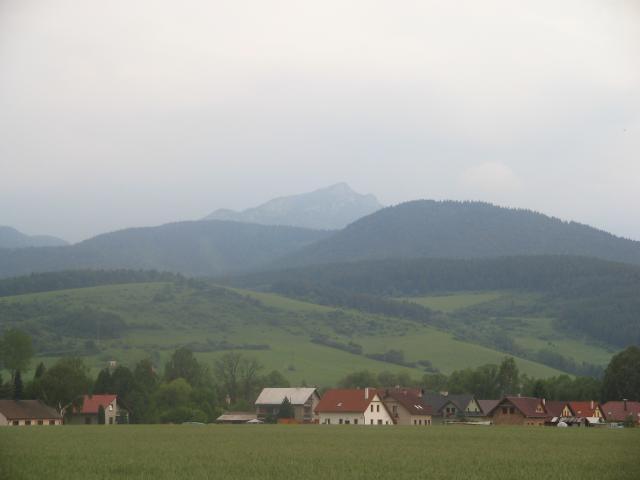 04 Pohľad na obec - v pozadí Choč 1607 m n. m.
