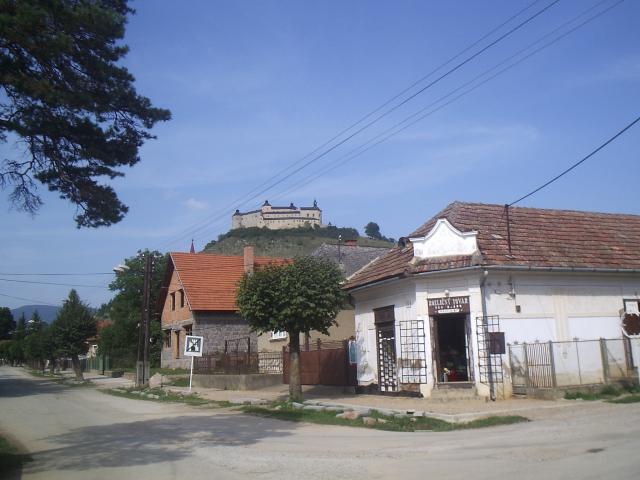 05 V pozadí hrad Krásna hôrka
