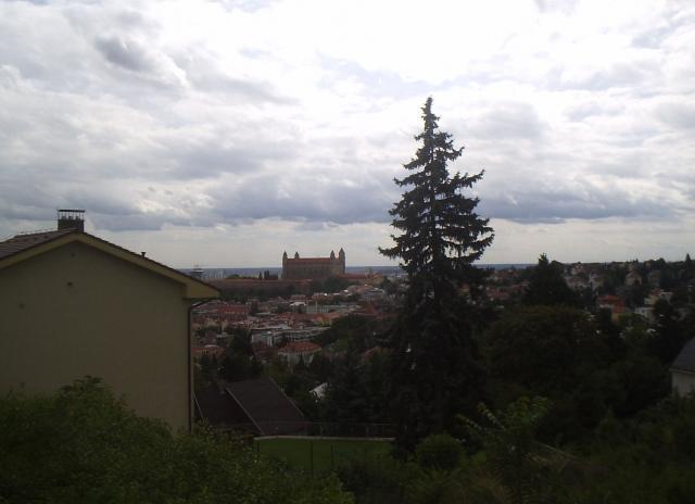 01 V pozadí Bratislavský hrad