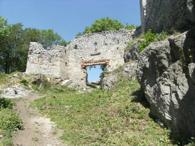 12 Hlavná brána hradu Tematín