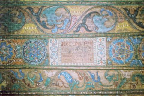 06 Interiér kostola maľovaný stĺp z r. 1667