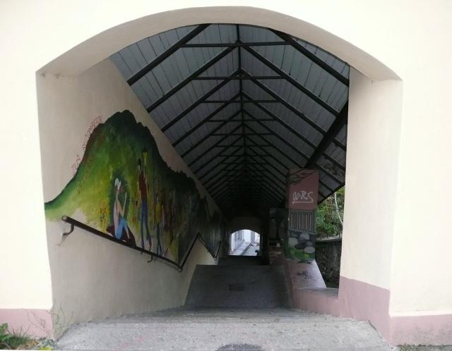 16 Tmavé schody