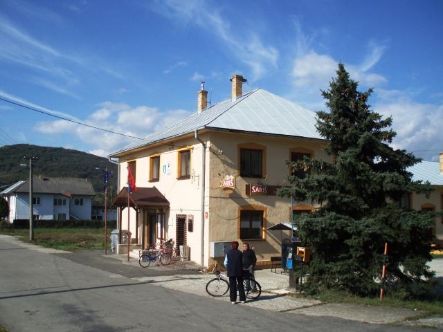 10 Pohľad z hlavnej cesty na Obecný úrad v Breznici