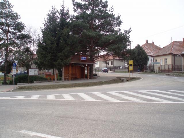 01 Autobusová zastávka-razcestie na smer Vráble a Zlaté Moravce