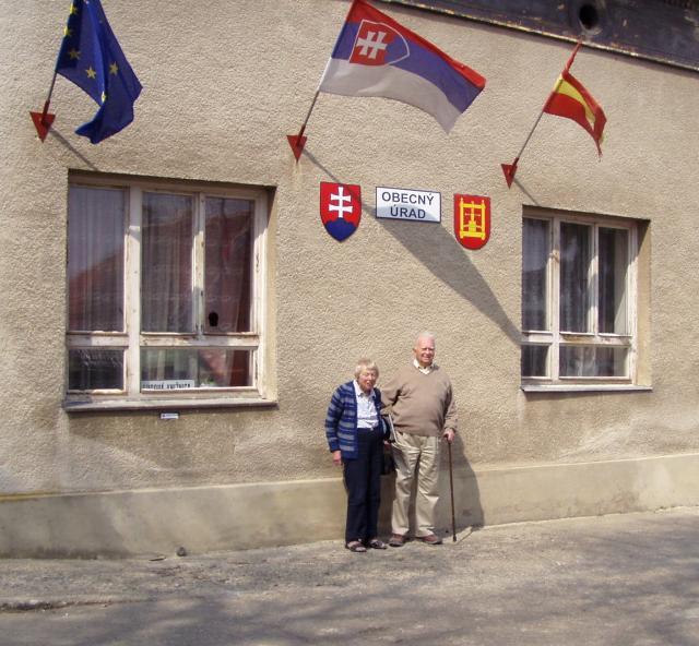 03 Joan a Matej Schwitzer (vnuk veľkostatkára Šimona Schwitzera + 1938 Tepličky) z Londýna na návšteve v obci pred obecným úradom bývalou kúriou