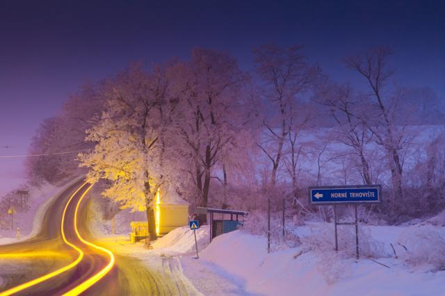 15 Nočný pohľad na vstup do obce